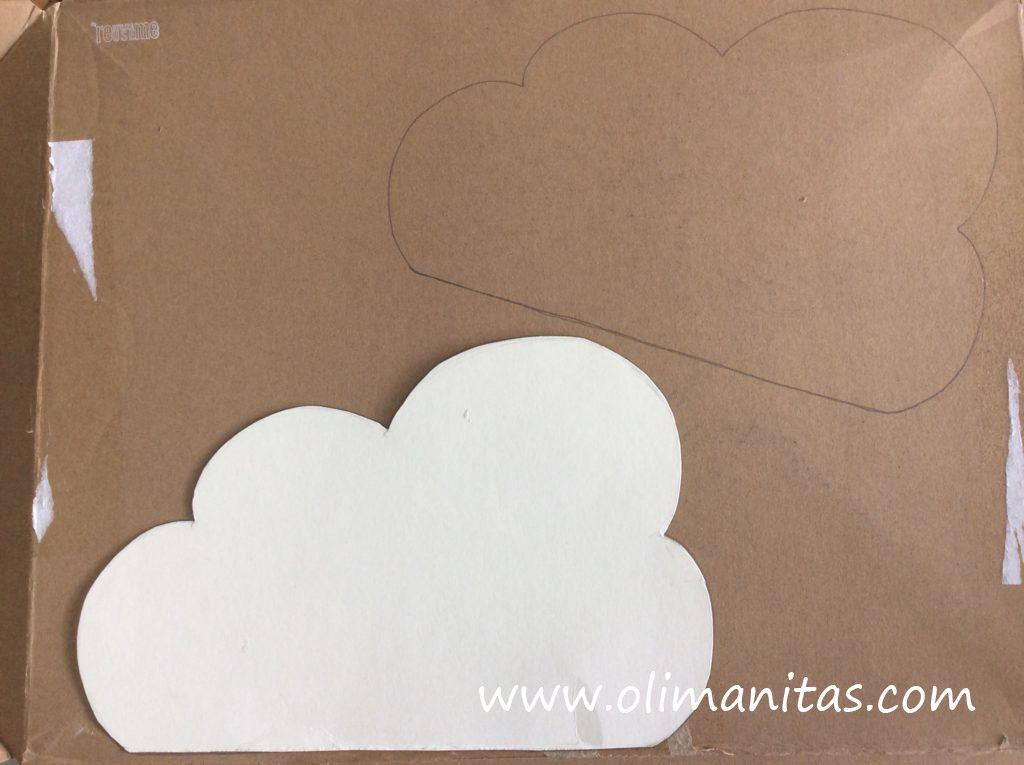 Hacemos una plantilla con forma de nube y recortamos en cartón 2 iguales