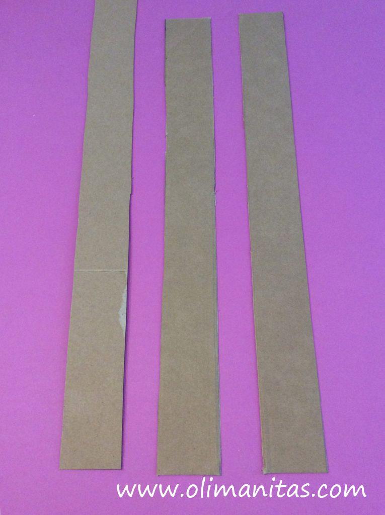 Recortamos en el mismo cartón tiras de 5 cm de ancho
