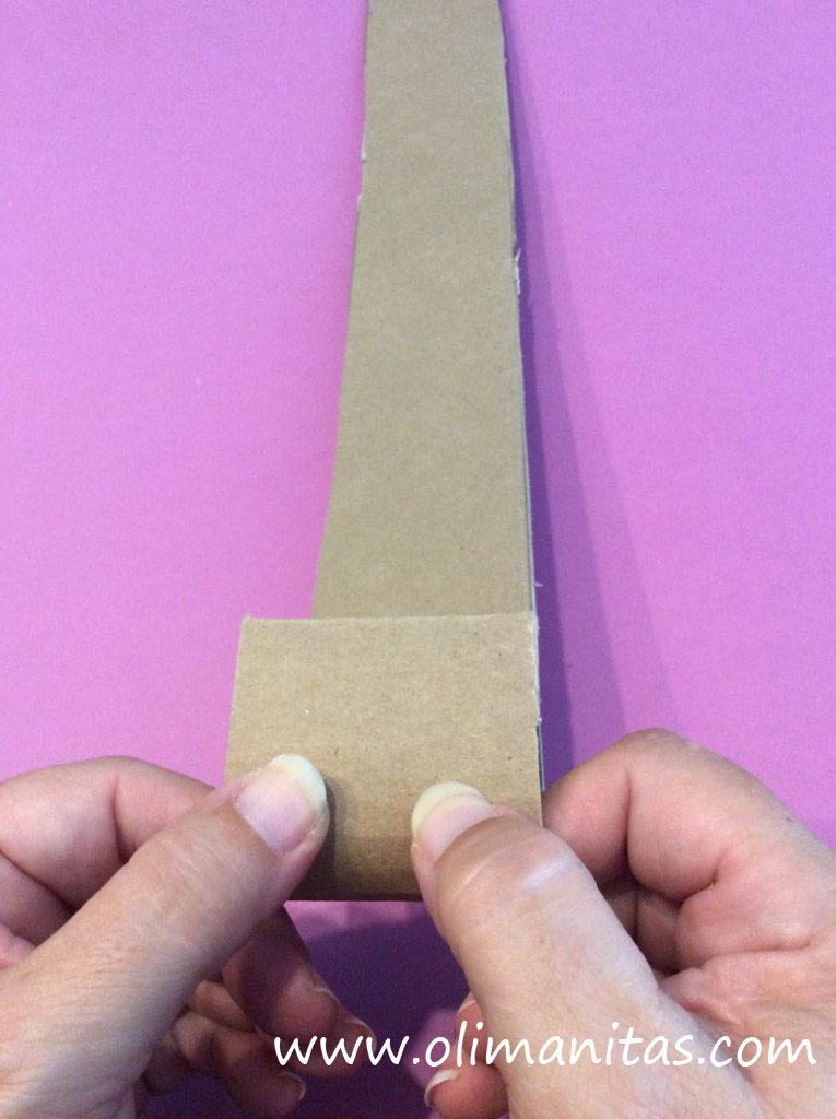 Con los dedos vamos curvando el cartón para darle forma