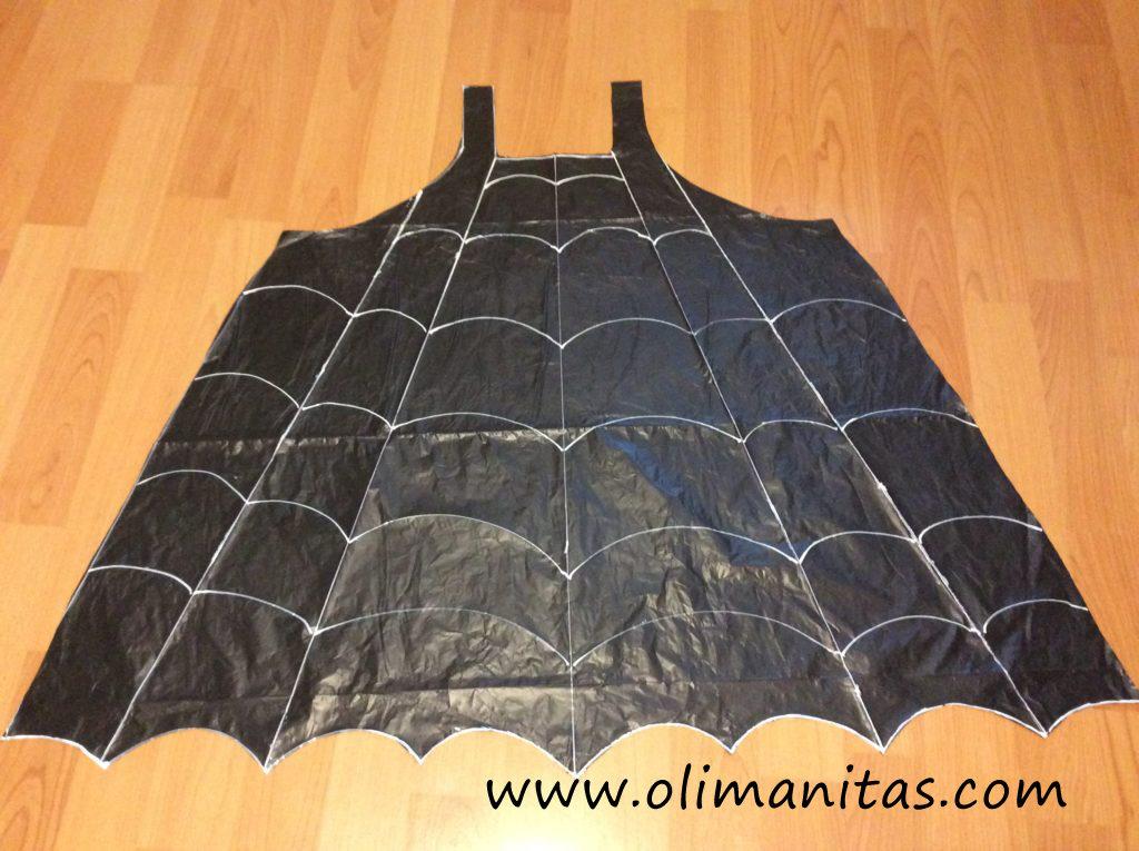 Dibujamos en el vestido los hilos que forman la tela de araña