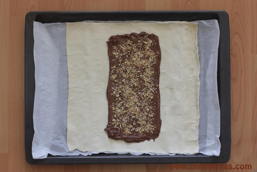 A la crema de chocolate añadirle virutas de frutos secos, en esta ocasión le he añadido cacahuetes y nueces