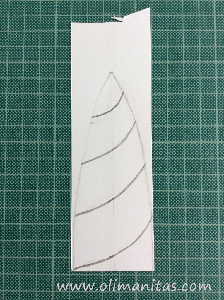 Al dibujo le hacemos las espirales típicas de los cuernos de unicornio, clavando fuertemente la punta del lápiz para que se marque en la parte visible del cuerno de unicornio