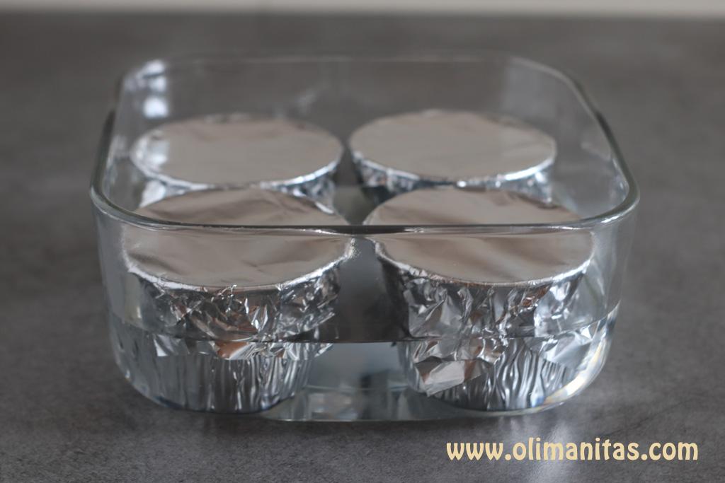 Preparamos los flanes un recipiente apto para horno para cocinarlo al baño María.