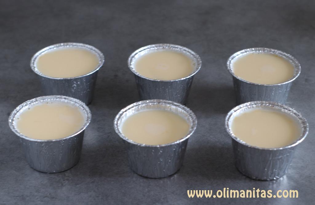 Vierte la mezcla en los distintos recipientes o flaneras