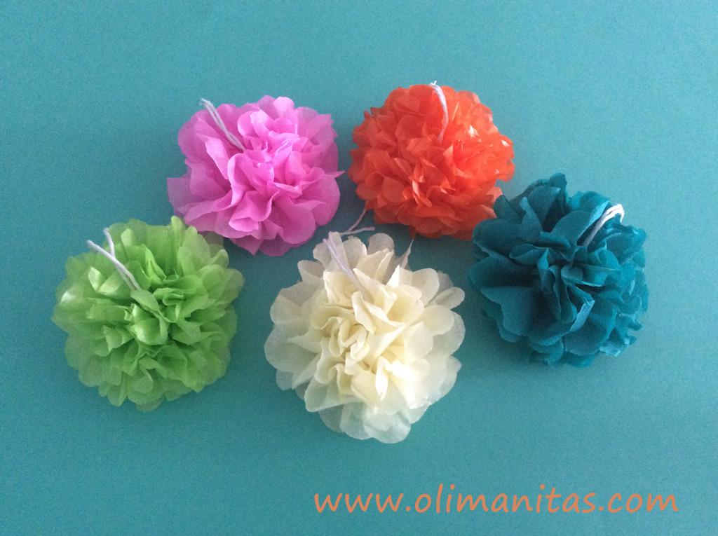 hacemos varios pompones de colores con papel de seda