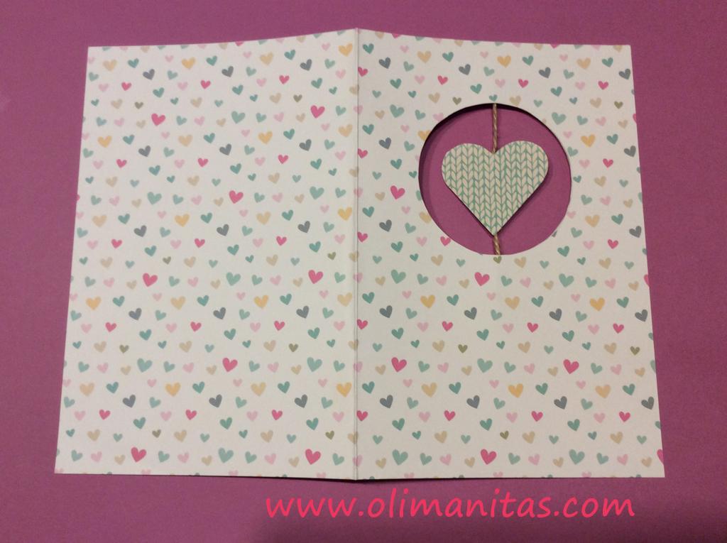 El papel decorado será el exterior de nuestra tarjeta de San Valentín y el blanco el interior