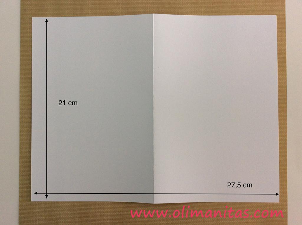 Recortar en cartulina blanca un rectángulo de 27,5 cm por 21 cm, y lo doblamos por la mitad