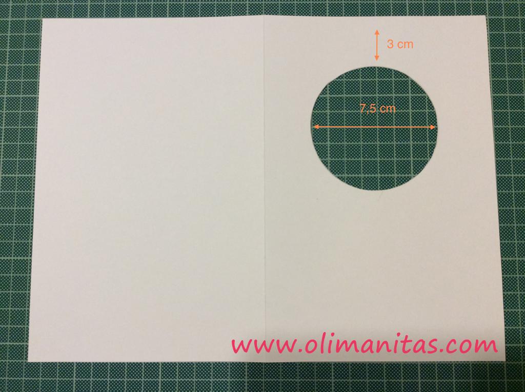 Recortamos un círculo de 7,5 cm de diámetro a unos 3 cm del borde superior de la cartulina