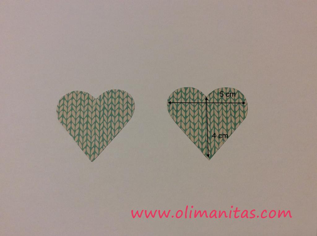Ahora en otro papel decorado o liso recortamos dos corazones