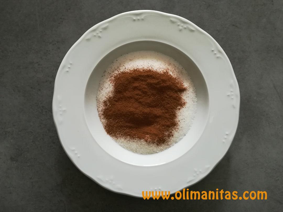 En un recipiente mezclamos el azúcar y la canela en polvo