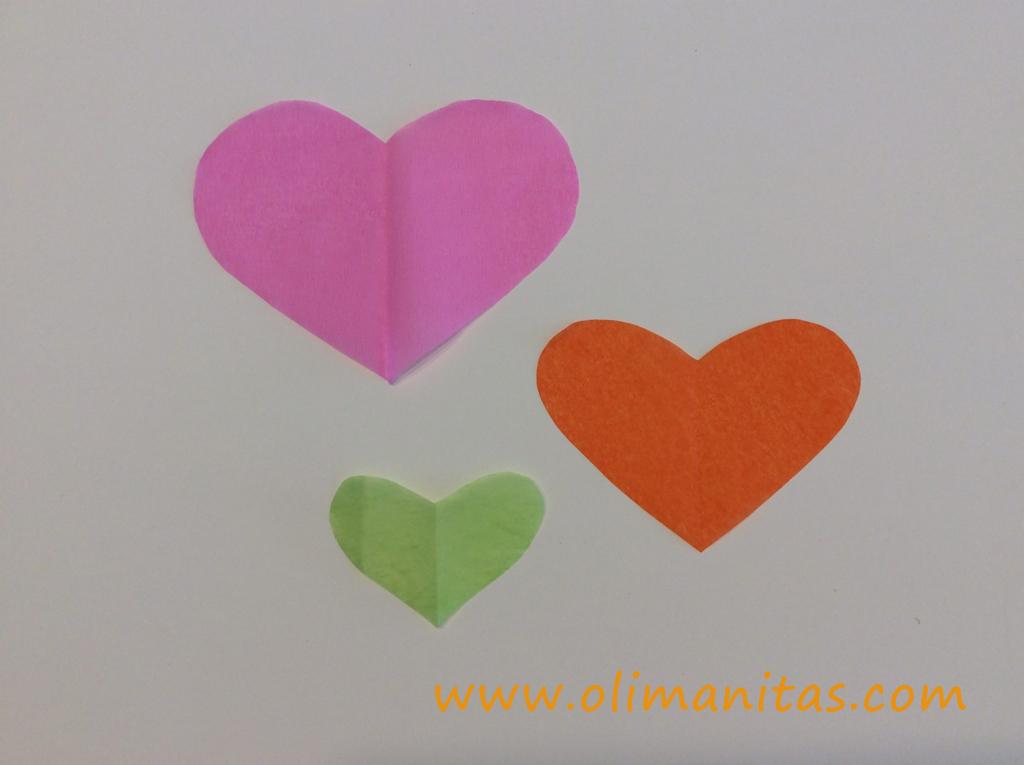 Ahora necesitamos recortar en papel de seda 5 plantillas de cada corazón