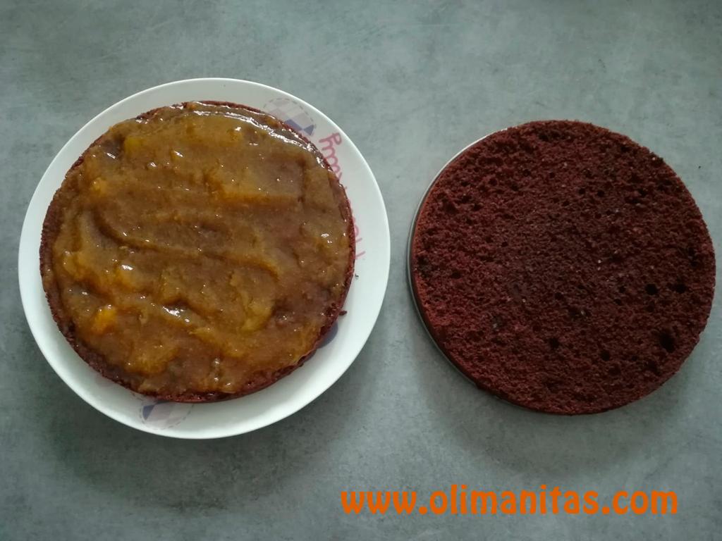 Untamos la mermelada de albaricoque en una de las capas del bizcocho y los unimos.