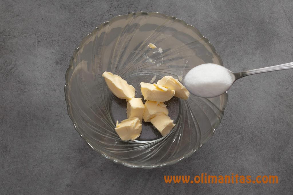 En un bol mezclamos la mantequilla y el azúcar blanco.