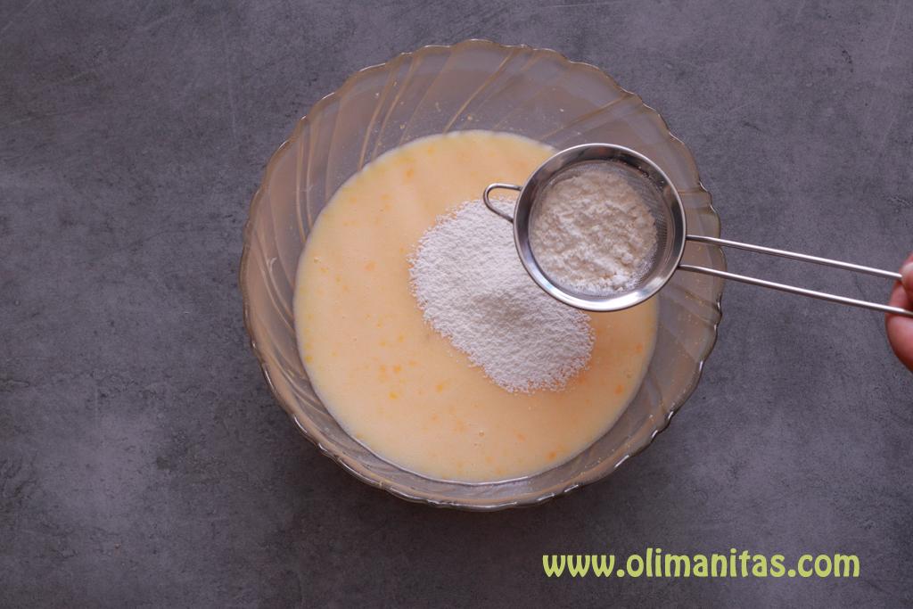 Finalmente añadimos a toda la mezcla la harina y la levadura en polvo pero tamizandola con un colador