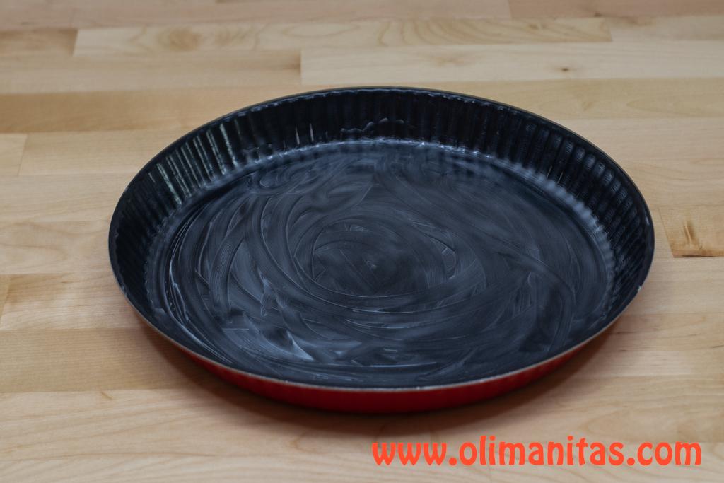Preparamos el molde donde vamos hacer nuestra tarta de manzana fácil y rápida, untándole mantequilla.