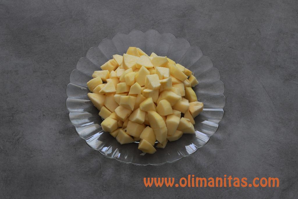 Pelamos 3 manzanas, le quitamos el corazón y las cortamos a taquitos pequeños.