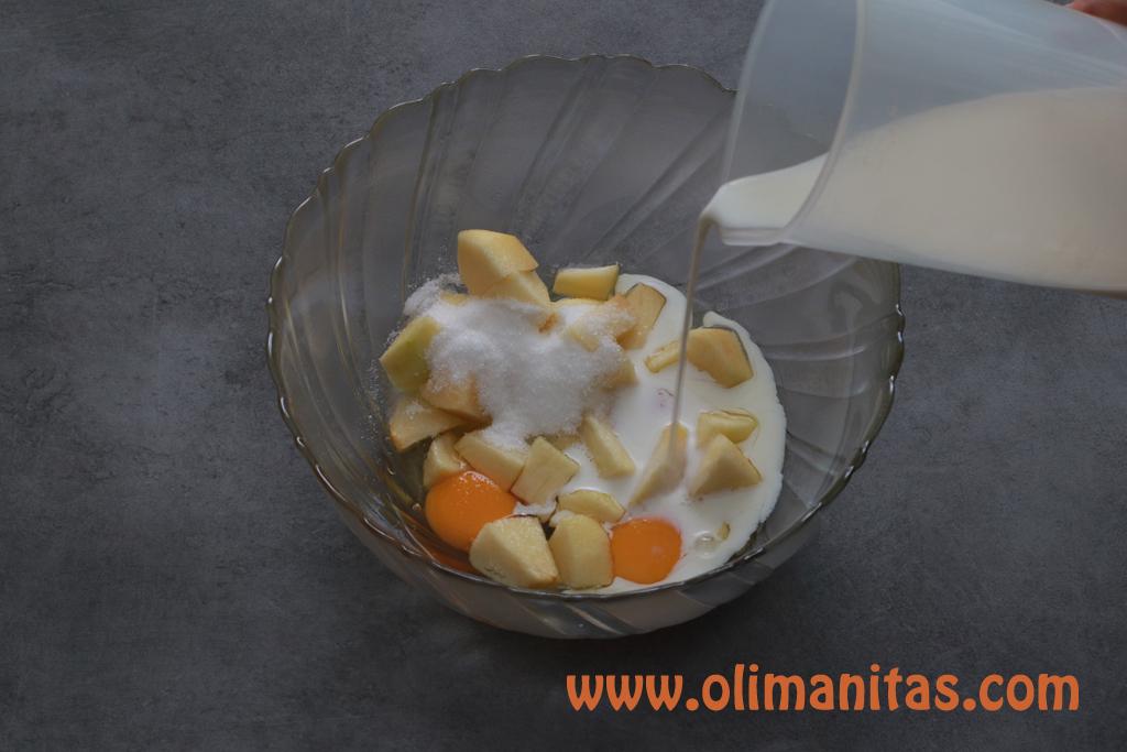 En un recipiente echamos las manzanas, la leche, la harina, los huevos y lo mezclamos todo.